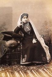 Donna armena circondata da manufatti tessili, alla fine del XIX secolo.